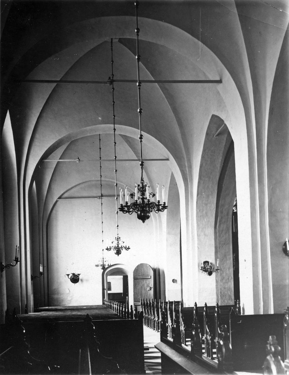Köpings Kyrka sidoingången med sakristian.