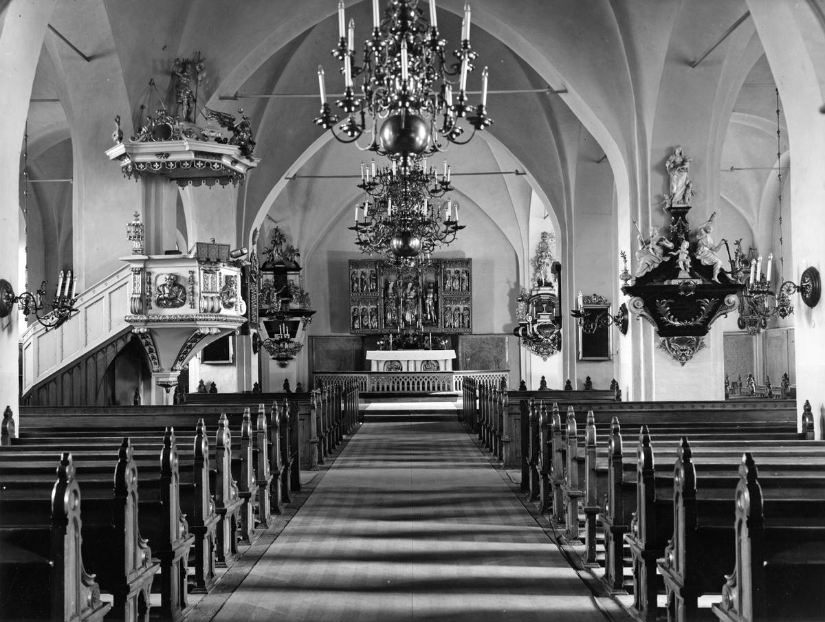 Köpings Kyrka Interiör.Mittgången mot altaret.