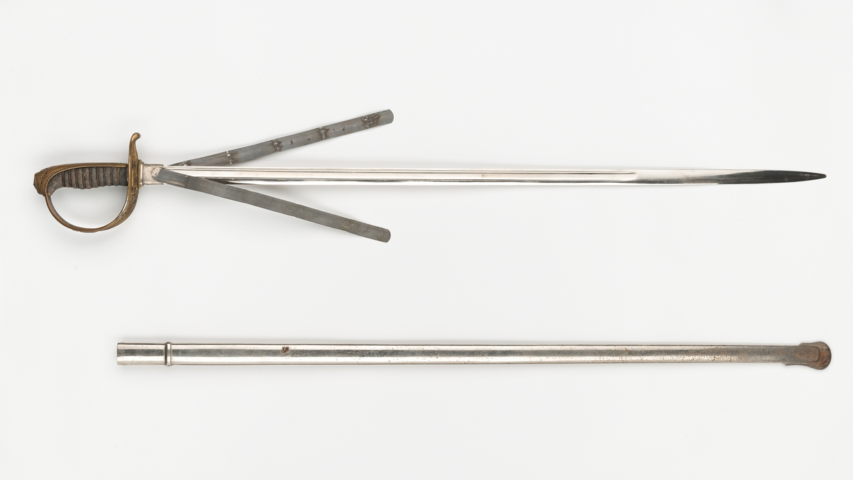 Den norske riksløve (øverst på håndtaket), dyreornamentikk og strekdekor på håndtaket.