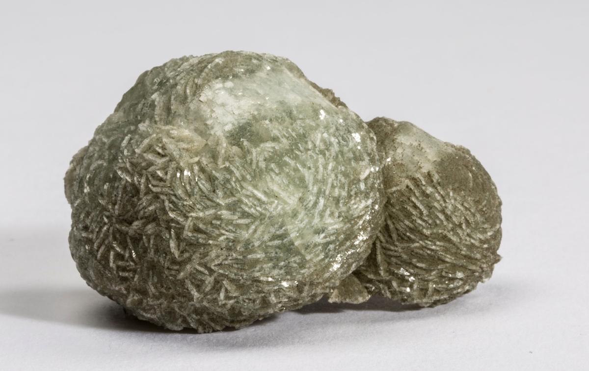 Prehnitt, kuleform, ingen andre mineraler (litt kalsitt under).