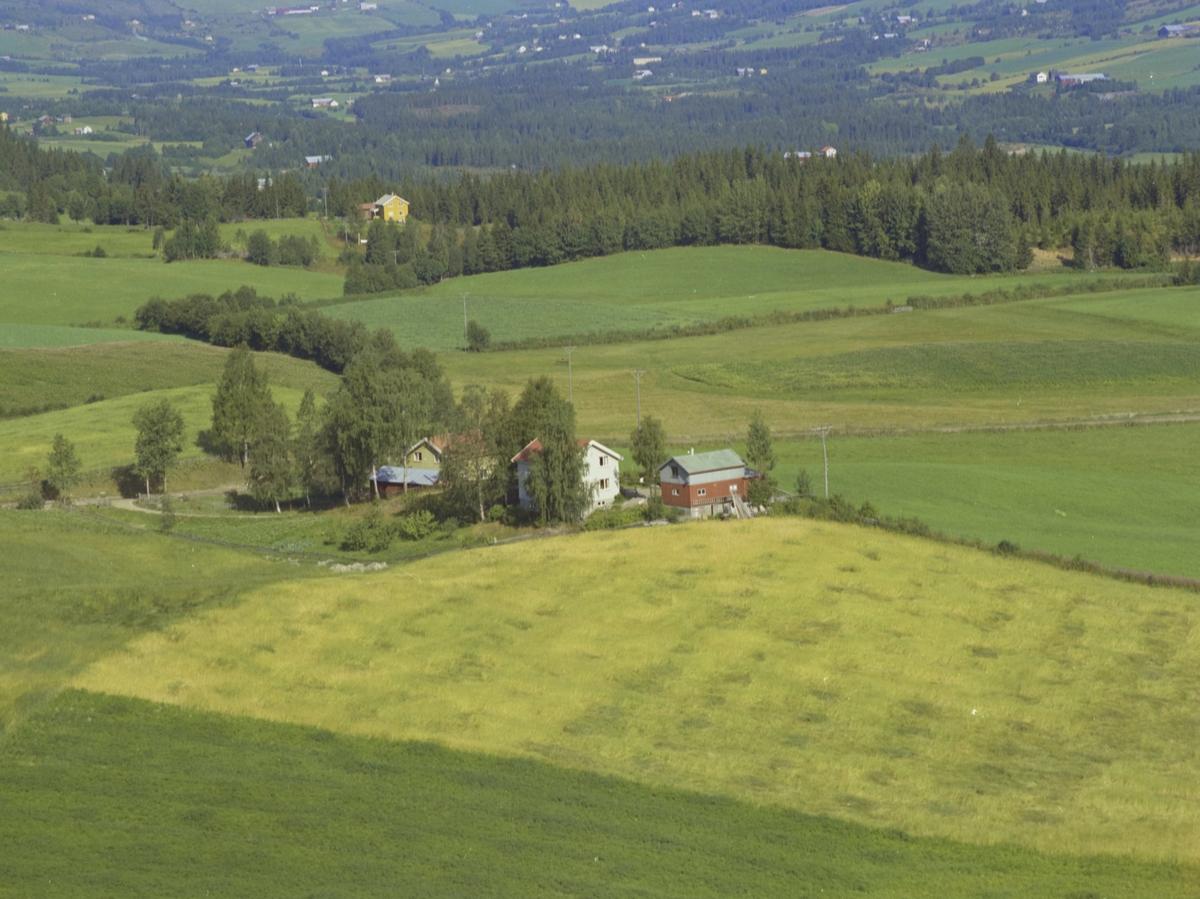 To småbruk, åker, oversikt over dalen, Østre Gausdal