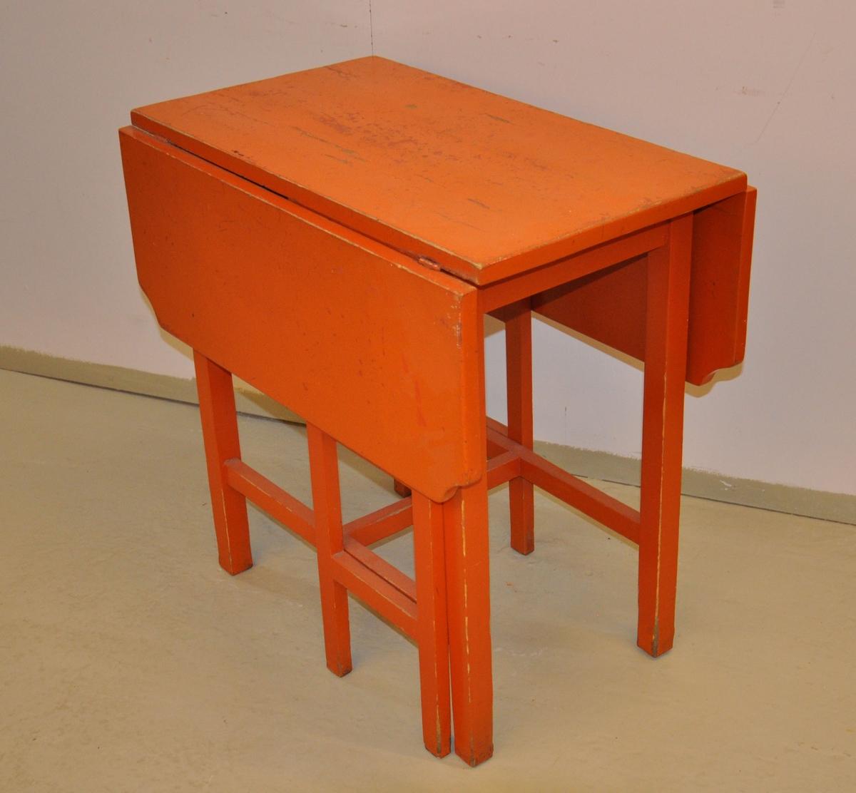 Klaffebord med opprettbare sideplater. Har to oppstandere på siden som kan brettes ut, slik at sideliggende plater kan stå oppreist. Oppstanderne har blåmalte, gjennombrutte plater med ovale / dropeformåde hull.