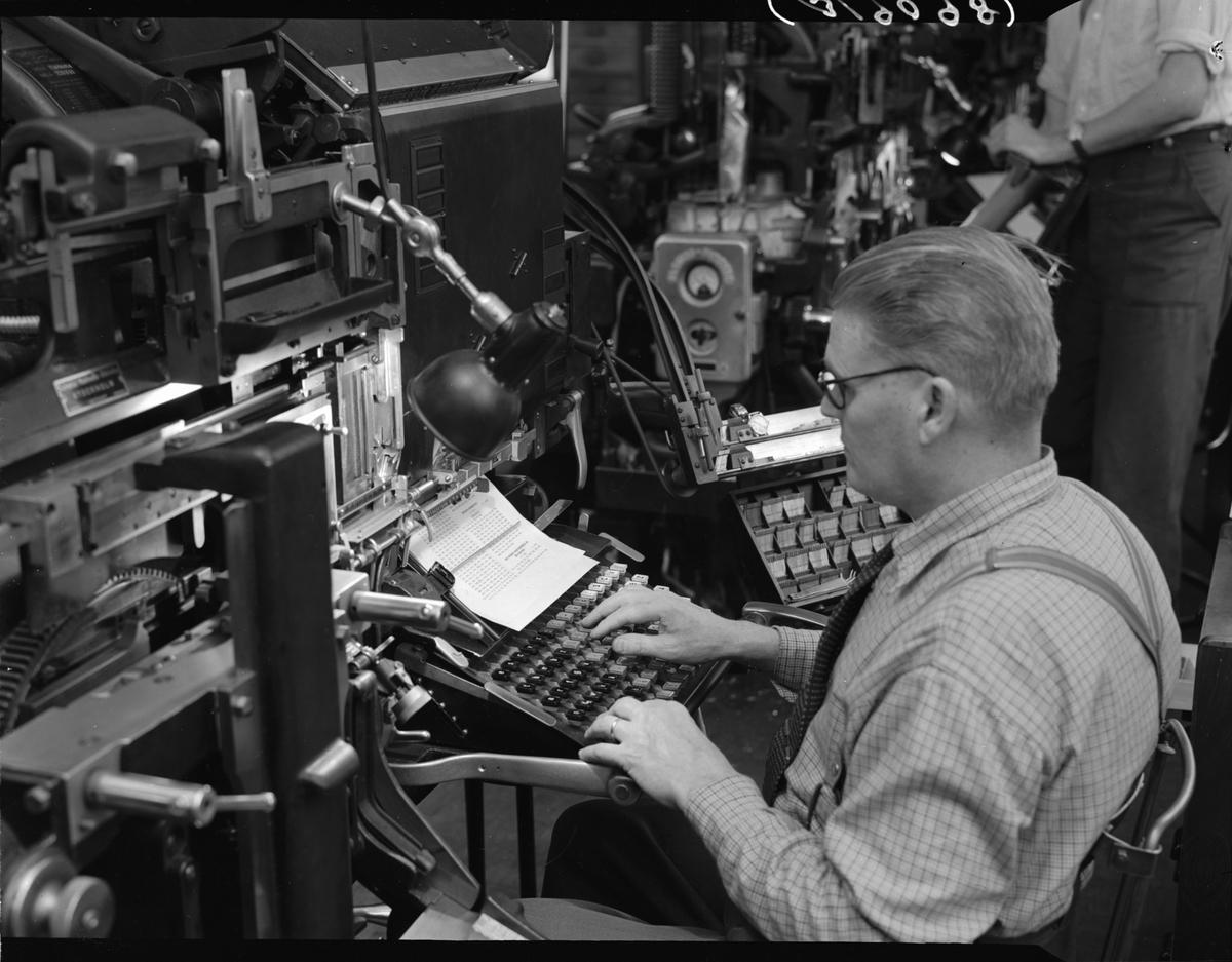Man vid skrivapparat i fabriksmiljö.