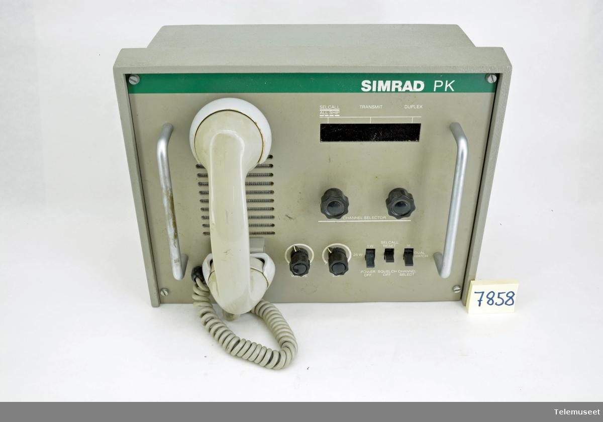 Fulltransistorisert synthetisert maritim stasjon med lyttevakt. Utgangseffekten 25 W, 24 V Maks 65 kanaler Simplex og full duplex.