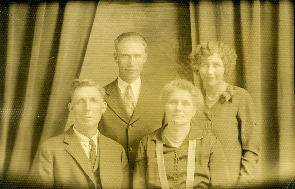 Familieportrett av Georg og Anna ødegaard sammen med foreldrene Tora og Arne.