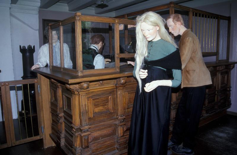 Banklokalet slik det så ut da utstillingen åpnet i 2009. I dag er figurene fjernet.