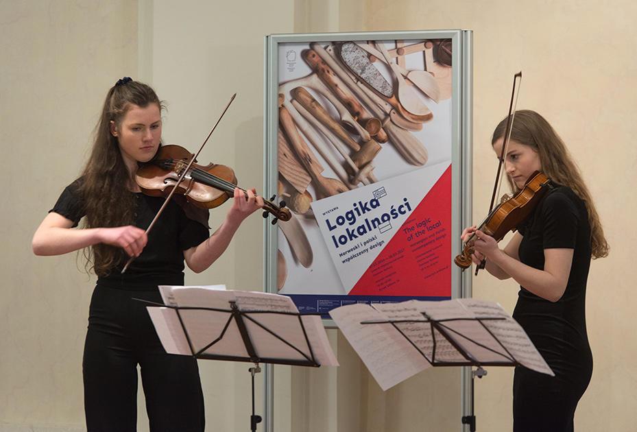 Unge fiolinister fra Trondheim kommunale musikk- og kulturskole spiller på åpningen i Krakow