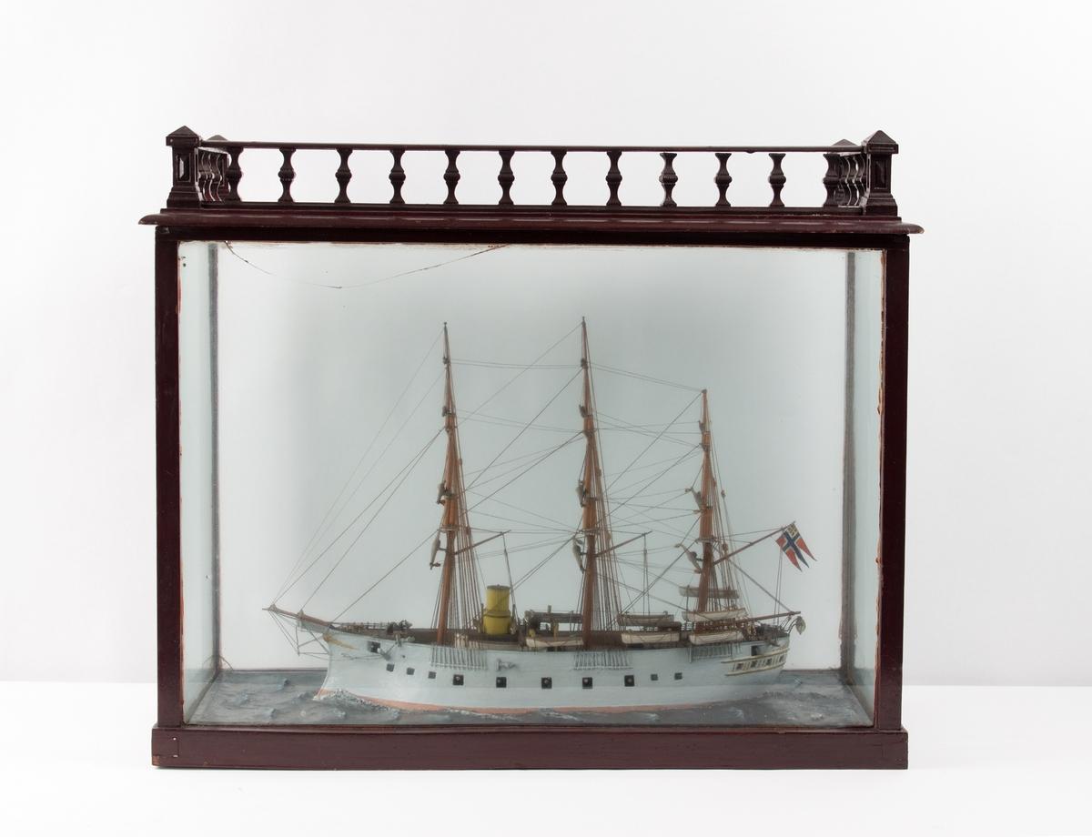 Modell av krigsskip HUGIN