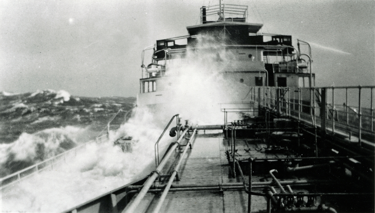 "M/T ""Stigstad"" (b.1927)(Kockums Mekaniska Verksteds A/B, Malmø), - i høy sjø."