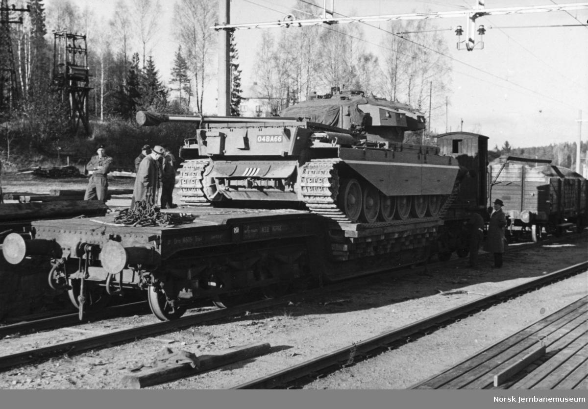 Lasting eller lossing av stridsvogn på Dal stasjon - NSB spesialvogn litra Trfo nr. 16505