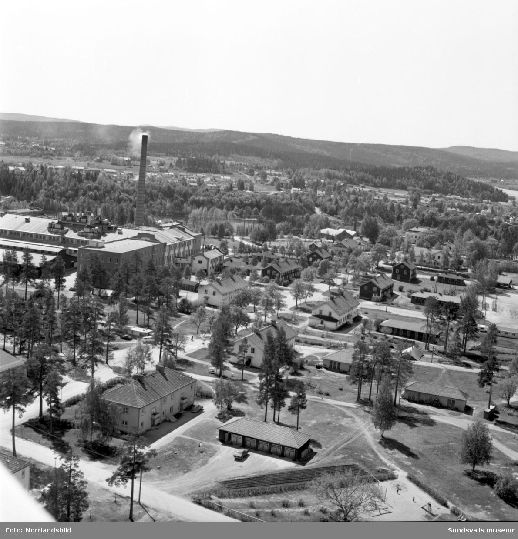 Flygfoton över Bruksgatan i Matfors. På första bilden med herrgården närmast, arbetarlängorna längre bort och pappersbruket åt höger. Den andra bilden är tagen från andra hållet.