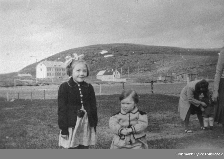 Bildet tatt i Kiberg, antakelig i tidsrommet 1948. Bildet er tatt mot Internatet. I forgrunnen Rønnaug Abrahamsen, Ingebjørg Abrahamsen.
