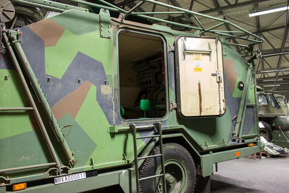 Ursprungsbenämning: Arte 719 Mareld  Uppbyggnad: Mätstationen är inrymd i en hydda som är placerad på en släpkärra. Hyddan, som normalt, är avsedd att transporteras på väg kan även bogseras flytande på vattnet. Hyddan består av två rum: Operatörsrum Omformarum  Op-rummet innehåller mätstationens betjäningsplatser för operatörer och huvuddelen av den teletekniska utrustningen för radar, laser, TV och samband. Omformarrummet innehåller bl a elcentral, likriktare 24 V, omformare samt ventilations- och värmeutrustningar. Radarantenn och TV-laserenhet är monterad på hyddans tak. Elkraftförsörjningen sker från ett yttre 25 kVA motorelverk (Perkins diesel).  Sambandsutrustning: Trafikkopplare TK L20/T101 st Ra 1462 st Radiolänk RL 3451 st Bärfrekevnsutr BF 5411 st Telefonapparat m/371 st  Data: Funktioner: Spaning, signalspaning, eldledning, simulering och registrering I Rörlig version: Monterad i hydda, fällbar antenn, TV-kamera och Lasermätare monterade på taket Sensorer: Radar X-band, störskydd, hoppfrekvens, TV-kamera och lasermätare Målföljning: Två mål samtidigt Datorer: Analog/digital databehandling Överföring: Digital dataöverföring av målets läge och fart, omräknat att gälla för batteripunkten