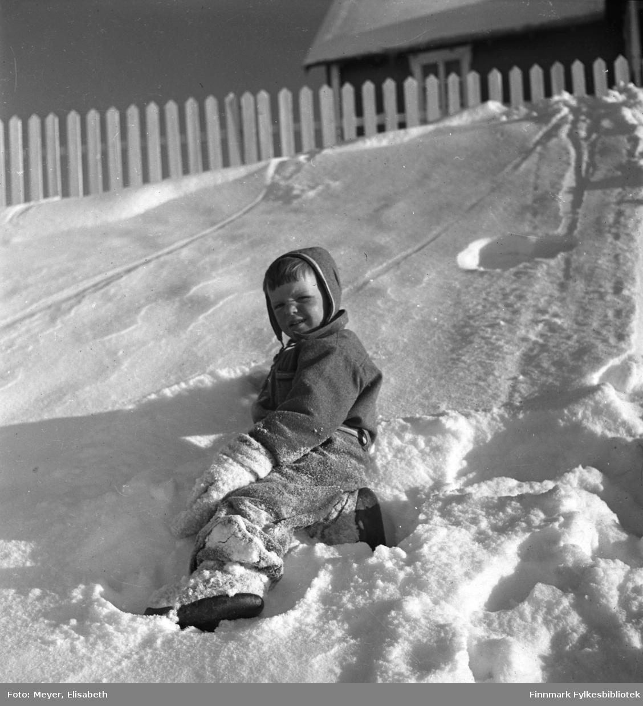 Arvid Dal leker i snøen. Fotografert i perioden 1939-40 i Kautokeino.