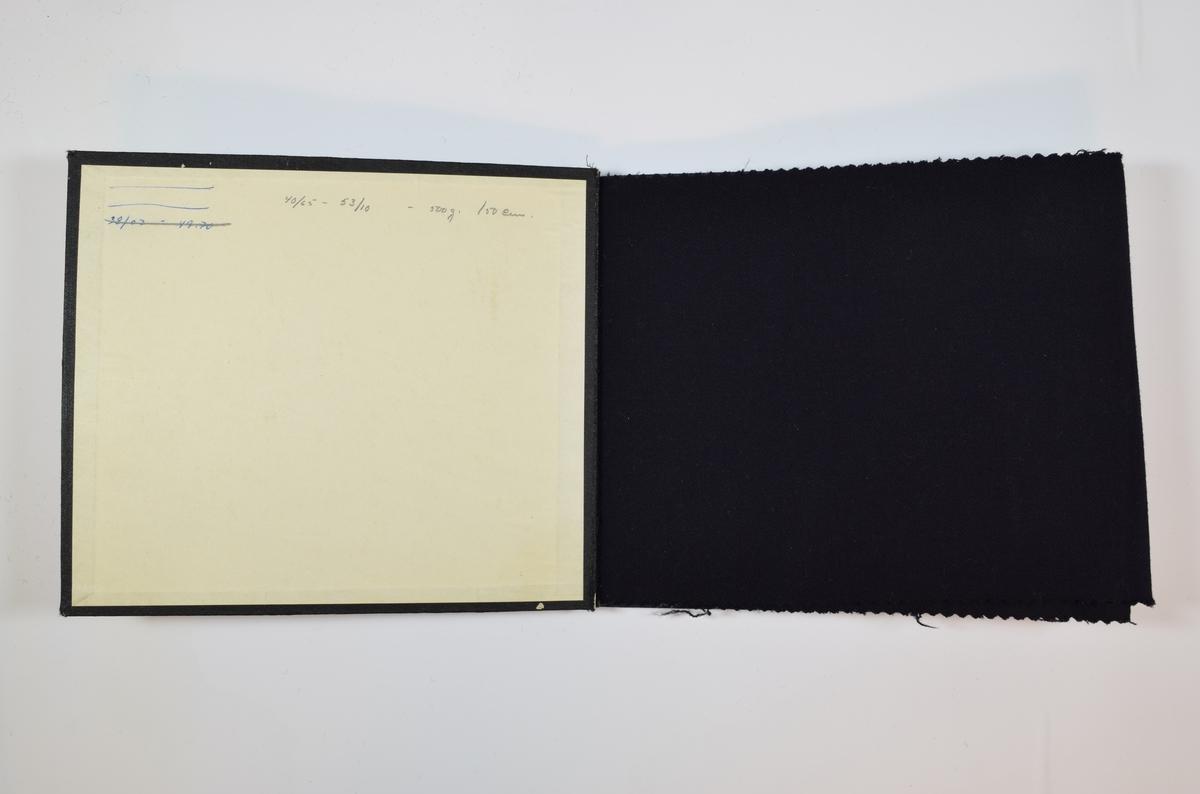 Prøvebok med 5 stoffprøver. Relativt tynne stoffer. Stoffene er vevet med ulike typer kyperbinding, det første stoffet har veving i kun en retning, mens de følgende stoffene har fiskebensvev. Stoffene er monokrome i brune, blå og sorte farger. Stoffprøpvene ligger brettet dobbelt i boken slik at vranga dekkes. Stoffene er merket med en firkantet papirlapp, festet til stoffet med metallstifter, hvor nummer er påført for hånd med penn.   Stoff nr.: ? (Umerket, muligens 1000), 1000/1, 1000/2, 1000/3, 1000/4.