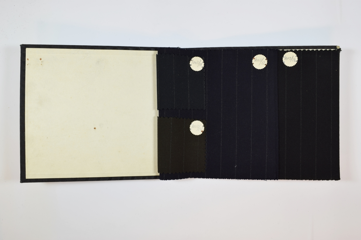 Rektangulær prøvebok med 4 stoffprøver. Relativt tynne ensfargede stoff med lyse striper. Kyperbinding/diagonalvevd. To av prøvene ligger brettet dobbelt i boken slik at vranga dekkes. De to andre prøvene er mye mindre - de dekker bare halve bredden og halve høyden - og er montert ved siden av hverandre fremst i boken. Stoffene er merket med en rund papirlapp, festet til stoffet med metallstifter, hvor nummer er påført for hånd.   Stoff nr.: 1002/11, 102/12, 1002/13, 1002/14.