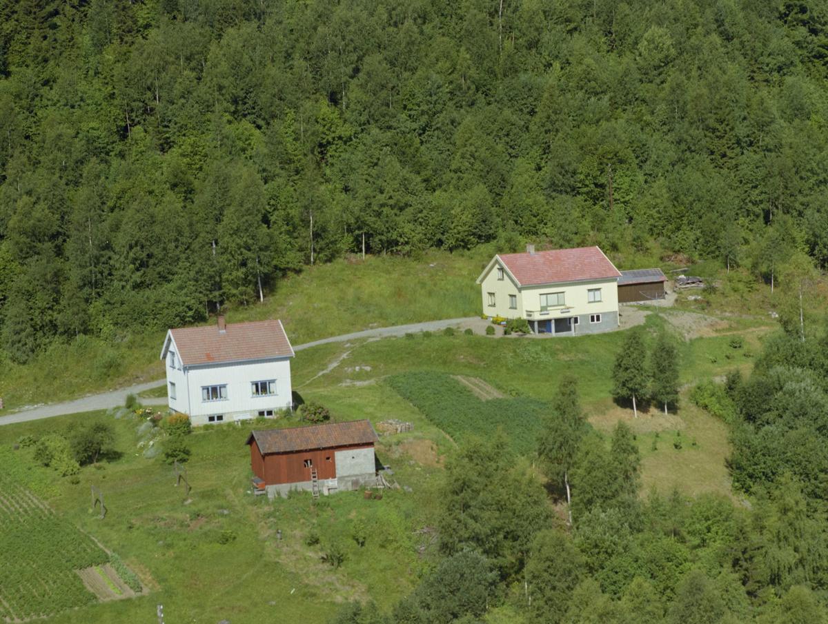 Lillehammer kommune, Vingrom. Døsvegen 89 ligger til venstre og Døsvegen 91 til høyre.
