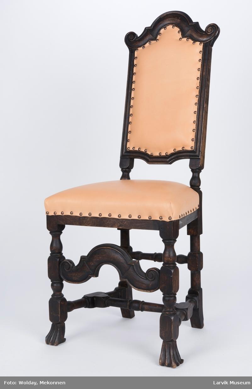 Høyrygget stol uten amlener Teknikk: skåret,høvlet,dreiet,malt,bakstolper i ett med dreiede bakben,forben med dyreføtter, trekk rygg og sete festet med messingstift Form: regence