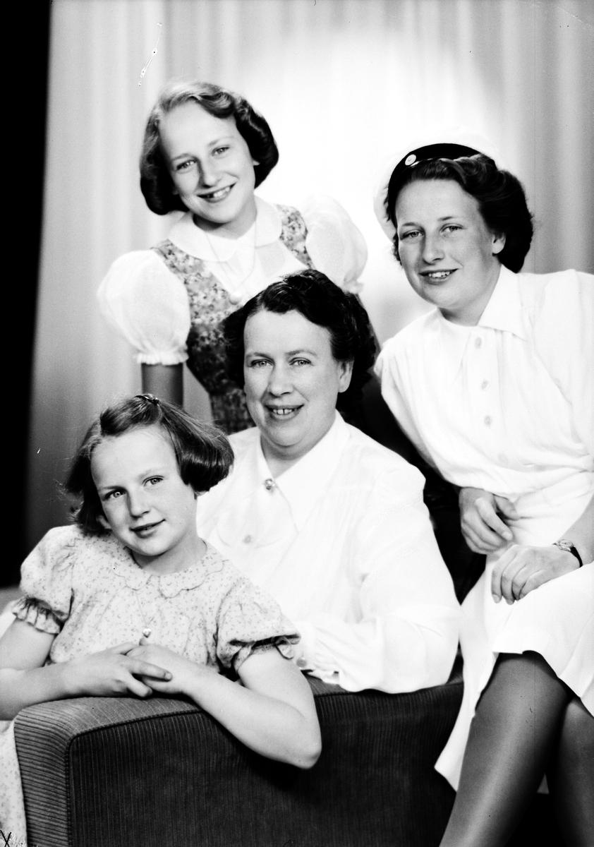 Fru Cedergren med döttrarna.