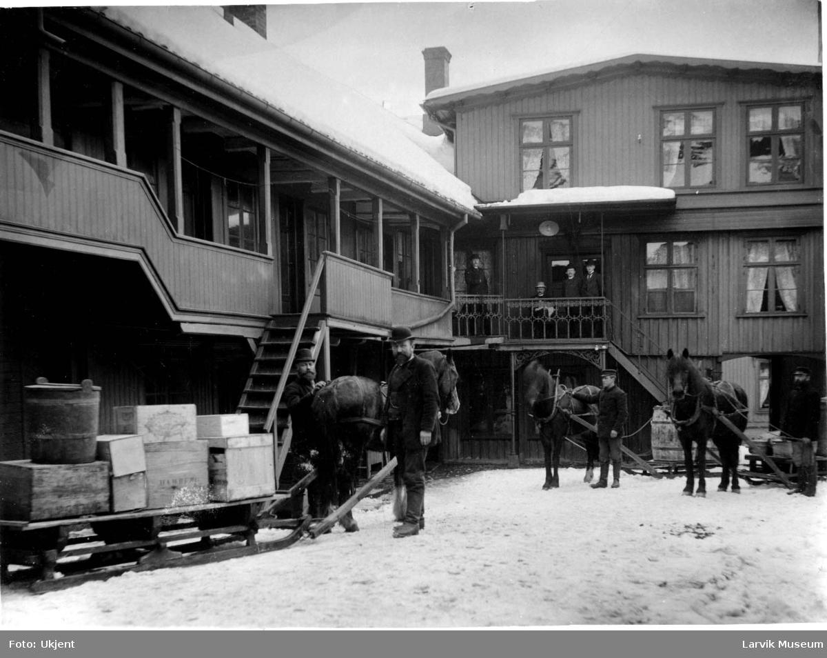 Forretningsgård, hester, sleder, grossist i Kongegata Larvik