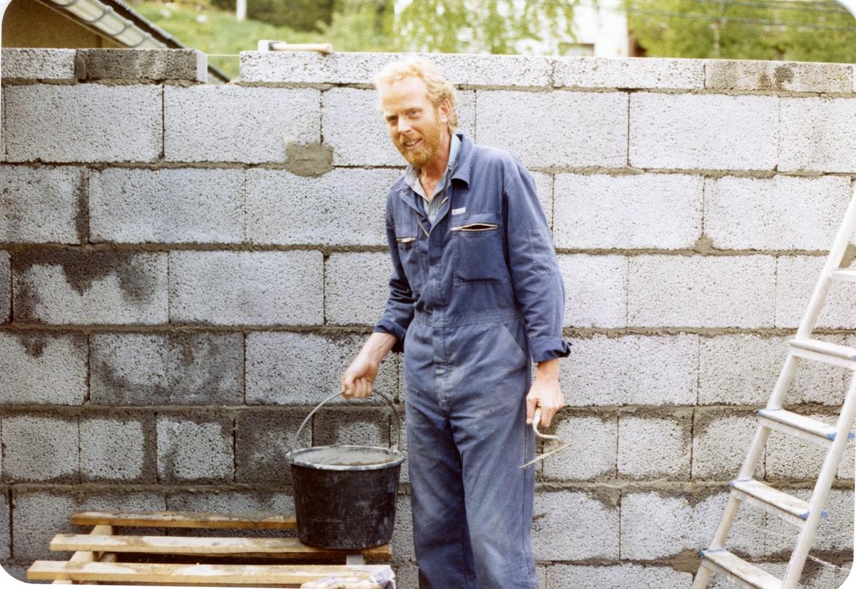 Trond Bråten under byggingen av resepsjonen på Bagn Bygdesamling i 1989.