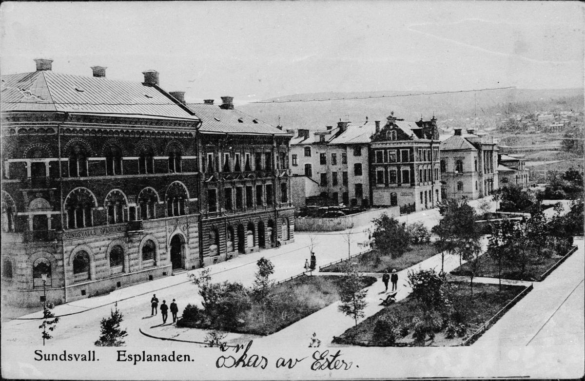 Vy mot kv Vesta och kv Mars vid Östra Esplanadgatan. Den inhängnade tomten i kv Mars är skall den kommande Svea-Teatern byggas som stod färdig 1912. Vykort.