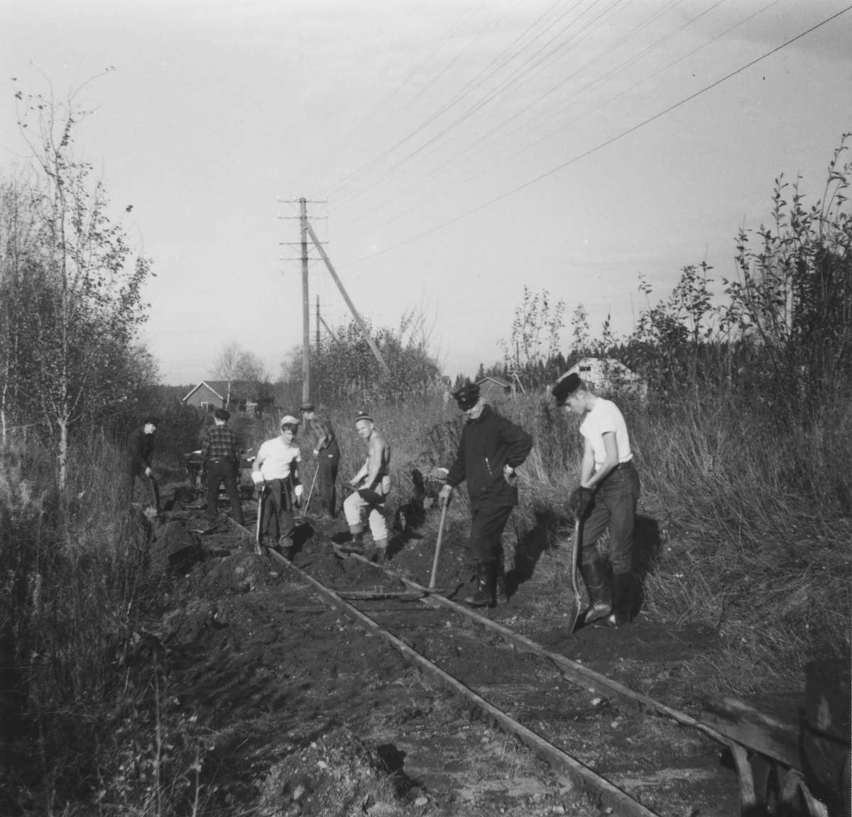 Dugnadsarbeid med svilleskifting på museumsbanen Urskog-Hølandsbanen.