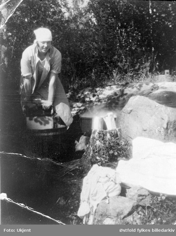 Klesvask i Rømskog, Tora Nilsen skrubber tøyet.