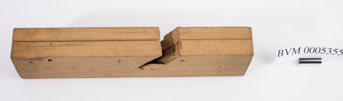 """Høvelstokk uten kile eller jern. På toppen og på høyre langside er """"CI"""" (Carl Johan) brent inn en gang på hvert sted."""