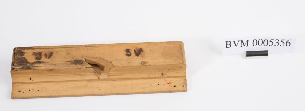 """Høvelstokk uten kile eller jern. Styrekant på venstre langside. På høyre langside er """"SV"""" brent inn to ganger."""
