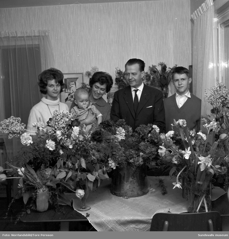 Dagbladets annonschef och kolumnist Gösta Swedenmark, fotograferat på hans 50-årsdag. Med på bilden är frun och de tre barnen Eva, Peter och John.