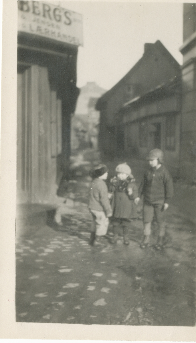 Tre barn i gamle Smalgangen, Oslo.