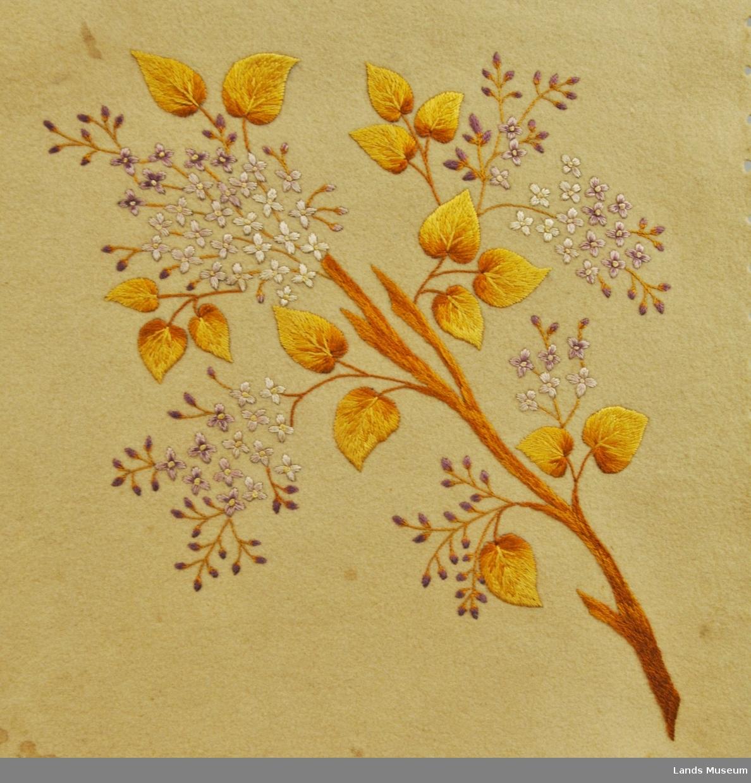 Duk av filt med broderi. Klipte tungekanter. Motiv i hjørnene, eit stor og tre mindre varianter av motivet. Grein med blad og blomster.