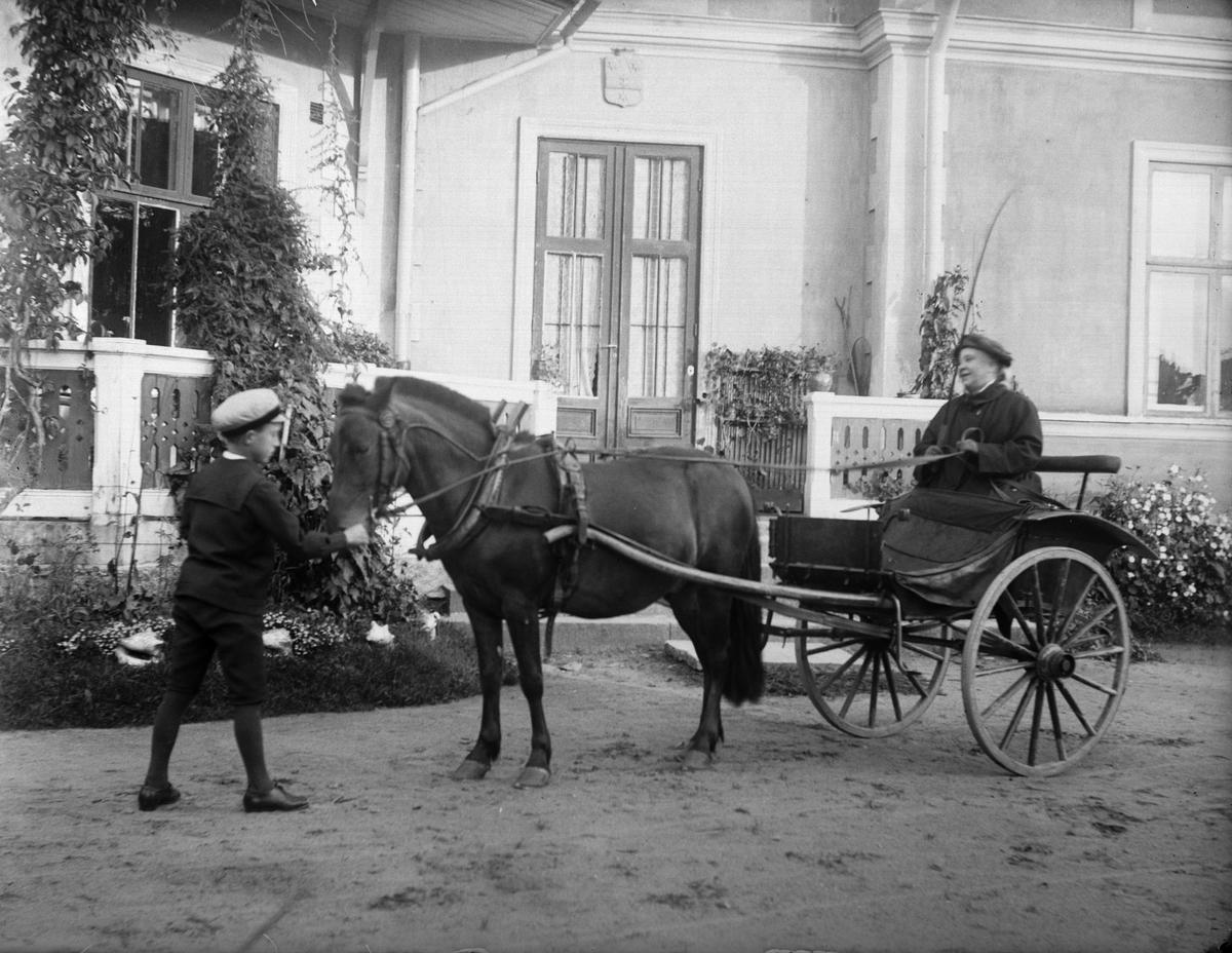 Erik Johansson från Mälby och grevinnan Anna von Engeström med lilla ponnyn Knott, Göksbo, Altuna socken, Uppland 1923