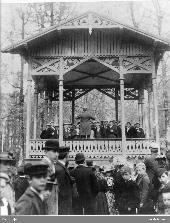 Sangere og publikum i Bøkeskogen i Larvik.