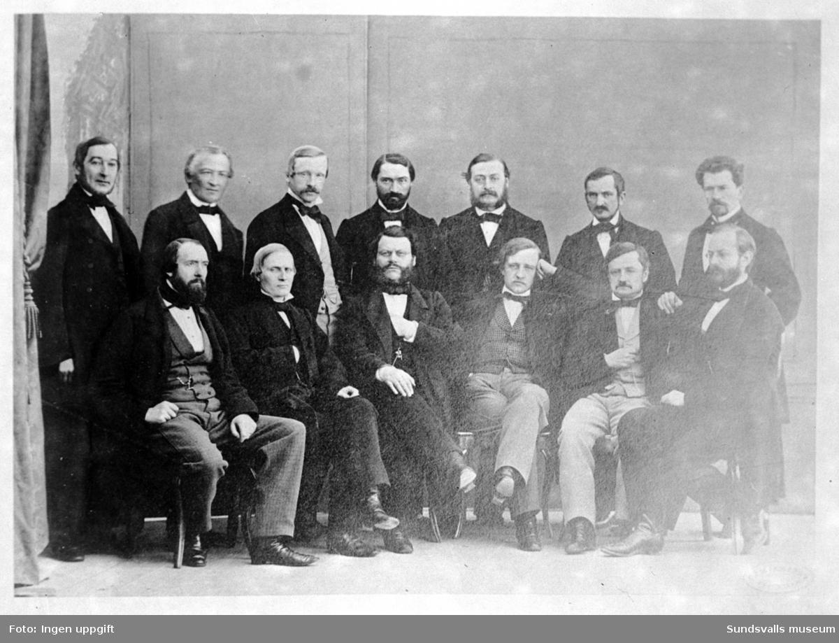 Reprobild. Gruppbild i ateljé. Ev styrelse eller stadsfullmäktige.