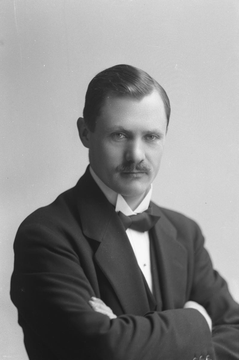 """Bankvaktmästare Anders Löfgren, född 1881. Svenska Handelsbanken, Gävle. Källa: W Lindeberg """"Gävle - Ett porträttgalleri"""" (1924)"""
