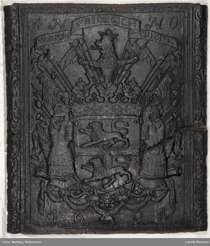 Ulrik Fr. Gyldenløves våpenskjold med krigerske emblemer.