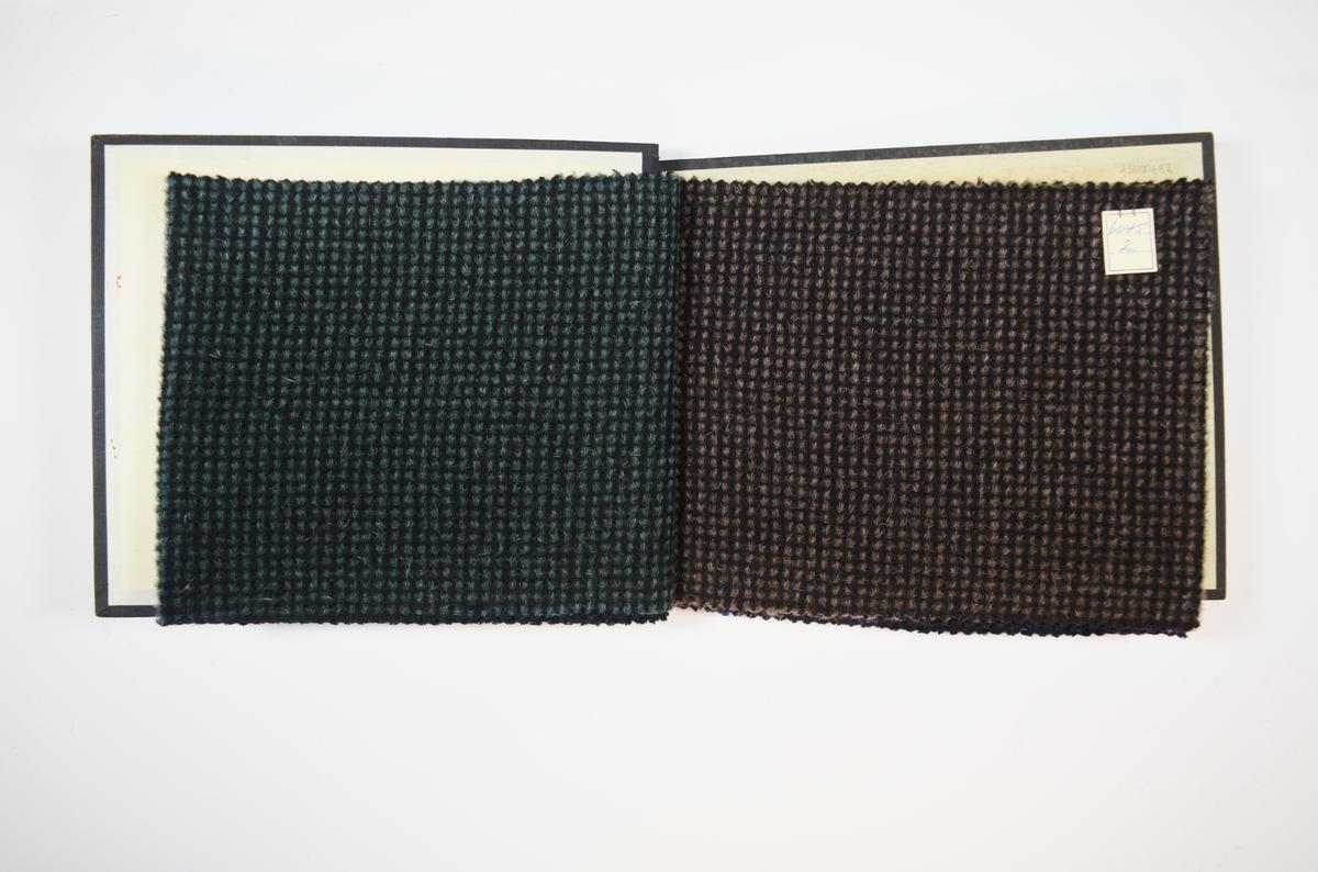 Rektangulær prøvebok med harde permer og fire stoffprøver. Permene er laget av hard kartong og er trukket med sort tynn tekstil. Boken inneholder tykke ullstoff med rutemønster. Stoffene ligger brettet dobbelt i boken slik at vranga skjules. Vevmønsteret er noe mer synlig på vranga. Stoffene er merket med en firkantet papirlapp, festet til stoffet med metallstifter, hvor nummer er påført for hånd.   Stoff nr. 6045/1, 6045/2, 6045/3, 6045/4.