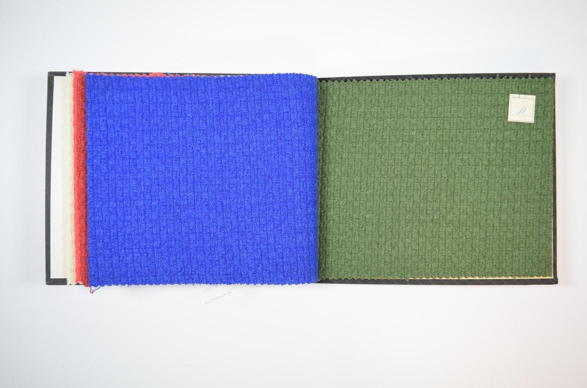 Rektangulær prøvebok med harde permer og fem stoffprøver. Permene er laget av hard kartong og er trukket med sort tynn tekstil. Boken inneholder middels tykke ensfargede stoff med stripe- eller rutemønster i veven. Stoffene ligger brettet dobbelt i boken slik at vranga skjules. Stoffene er merket med en firkantet papirlapp, festet til stoffet med metallstifter, hvor nummer er påført for hånd. Lappen på det første stoffet angir kvalitetsnummer for alle stoffene i boken.  Stoff nr. 6250/1, 6250/7, 6250/8, 6250/9, 6250/11.