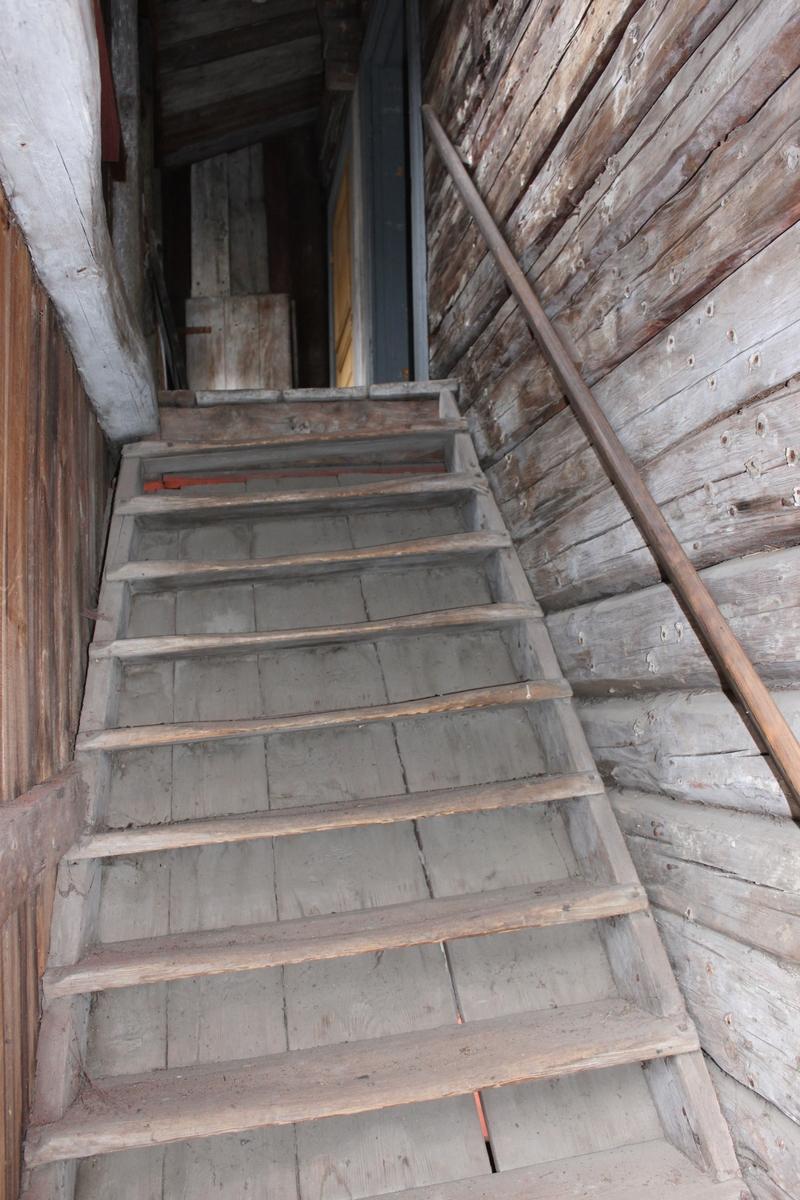 Byggnaden står på en grund av huggen sten.  Rektangulär huskropp med åt väster utskjutande, inbyggd loftgång på övervåningen. Gången har två glasade fönster med två rutor i varje båge samt smala, raka fönsterfoder. Åt väster finns även en tvärställd utbyggnad i två våningar som innehållit ett svinhus i den nedre våningen och ett utskjutande dass i den övre. Byggnaden är uppförd i liggande timmer med utknutar, ställvis klädd med locklistpanel. Knutlådor i det nordöstra hörnet. Sadeltak, åstak med tre åsar, belagt med enkupigt tegel. Nock- och vattbrädor samt vindskivor av trä. På nedre våningen panelade, svartmålade plankdörrar till förvaringsutrymmena med låshasp och hänglås. Till grishuset en opanelad plankdörr, likaledes med låshasp och hänglås. några av dörrarna har draghandtag av barocktyp. Gavlarnas fönster på övervåningen har tolv fönsterrutor i varje båge. Övre dropplisten är av trä och den undre i plåt. Fönsterfodren är släta. Östra fasaden saknar fönster. I fasaden syns spår efter en äldre byggnasställning. Delar av timret i fasaden är utbytt.