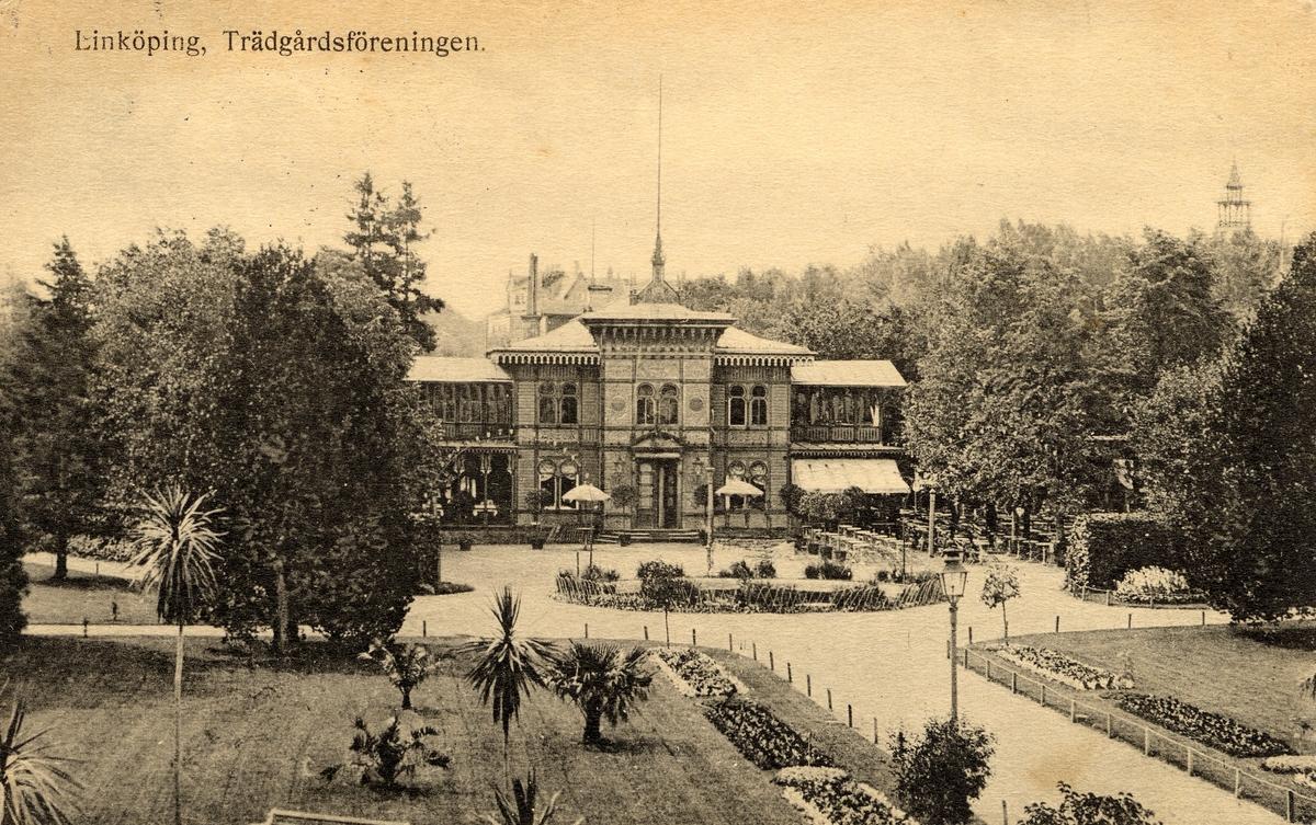 Orig. text: Linköping, Trädgårdsföreningen.Linköpings Trädgårdsförening, anlades 1859 av ett bolag på ett av Serafimerordensgillet arrenderat område. Den välskötta anläggningen utvidgades 1871 och är upplåten för allmänheten mot det att staden till bolaget årligen erlägger ett belopp av 300 rdr.  Restaurangen byggdes 1881 efter ritningar av Rudolf Ström, dess fasad ändrade utseende många gånger. Restaurangen brann ner till grunden 14 april 1977 och har inte återuppbyggts.
