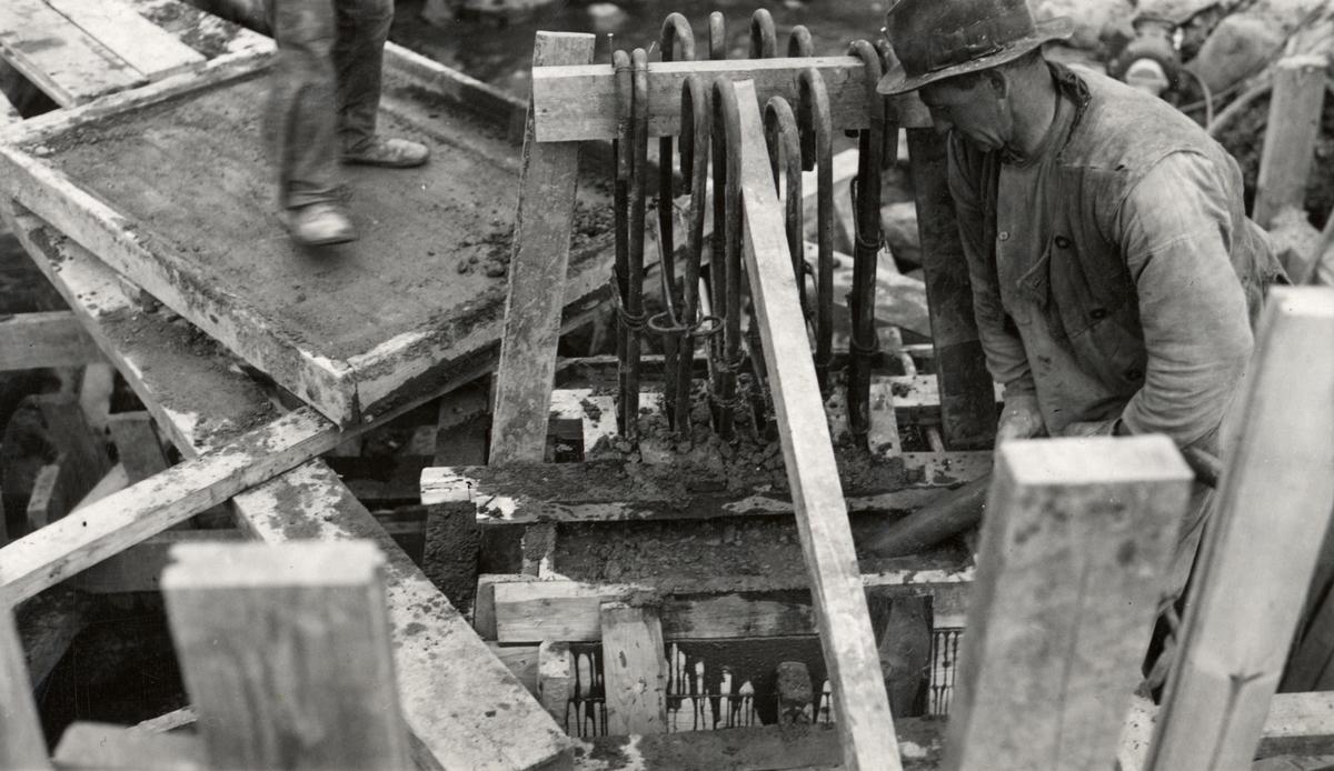 Orig. text: S:ct Larsbron, 1936. Gjutningen av pelare, översta delen.