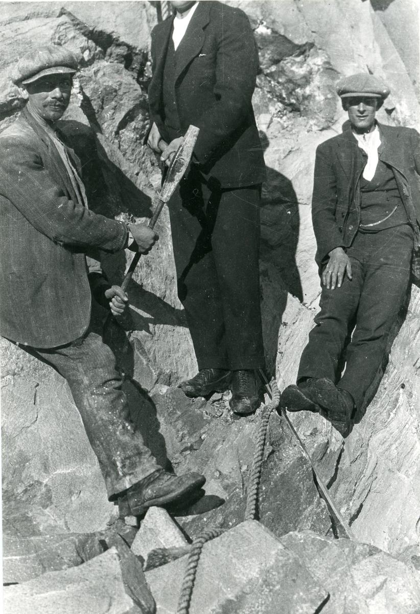 Anders Haugen og Thorvald Nilsen i arbeid med minering.