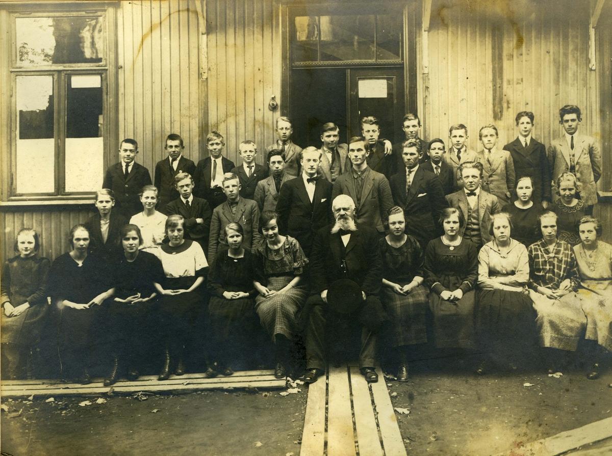 O.Sivertsens handelsskole, Wergelands gate (senere: St. Josephs gate) 17, bakgård O. Sivertsen, skolens eier og leder, midt på bildet i første rekke Elever 1921 Skoleklasse