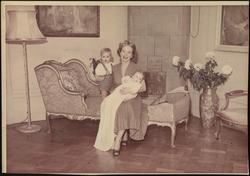 Wenche Foss med sine to sønner.