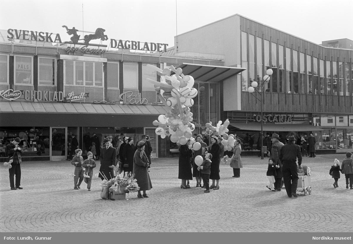 Ballongförsäljning, Vällingby torg, Stockholm.
