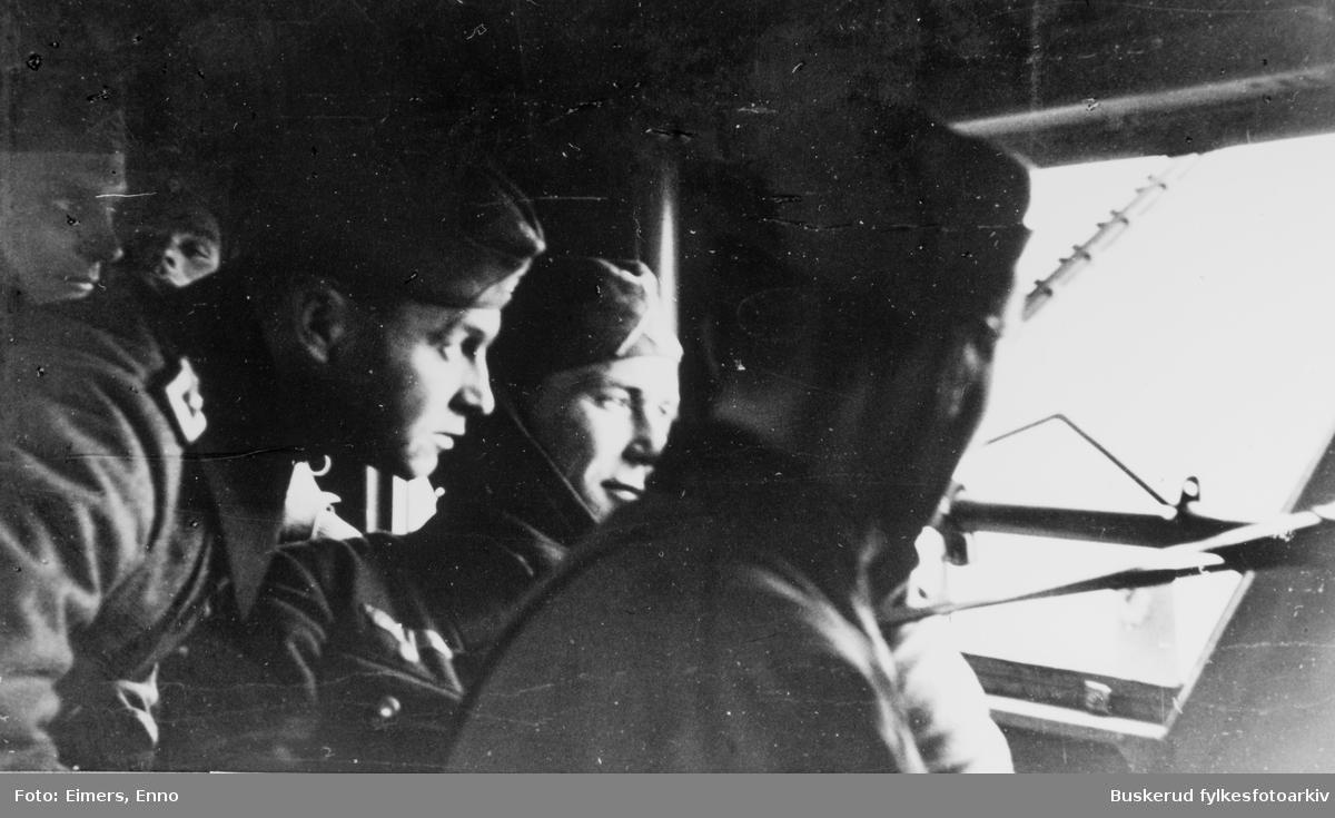 Ålborg 9.april 1940. På flyet til Norge. Reporter Lanzinger nummer to fra venstre