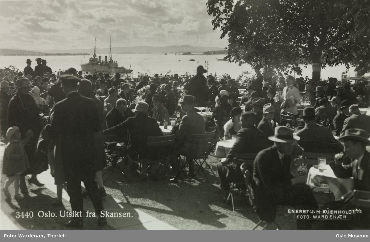 Skansen restaurant, bord, mennesker, utsikt, fjord, marinefartøy, mineleggeren Frøya