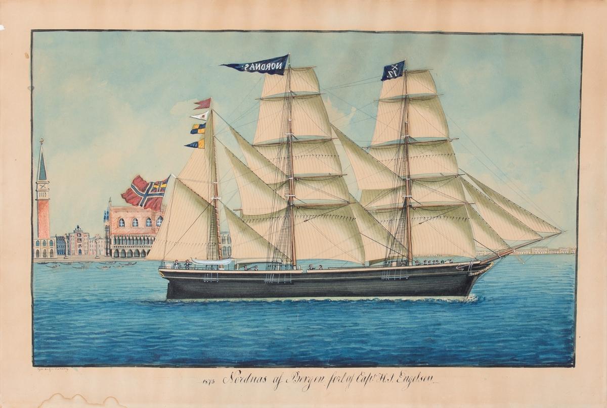 Skipsportrett av bark NORDNÆS med Venezia og Marcusplassen i bakgrunnen. Vimpel med NORDNAS og X17 i toppmast, og norsk flagg med unionsmerke i akter.